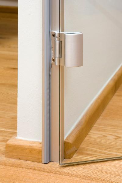 Otočné sklenené dvere v hlinikovej zárubni – jednokrídlové