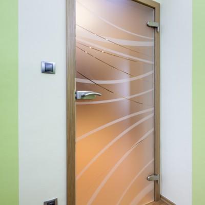 Otočné sklenené dvere v drevenej zárubni – jednokrídlové