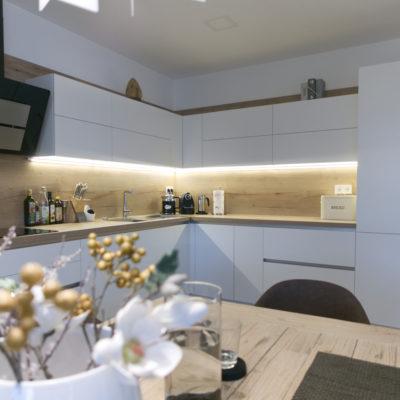 Otvorený interiér so snehovo bielou kuchyňou ELITE HANÁK