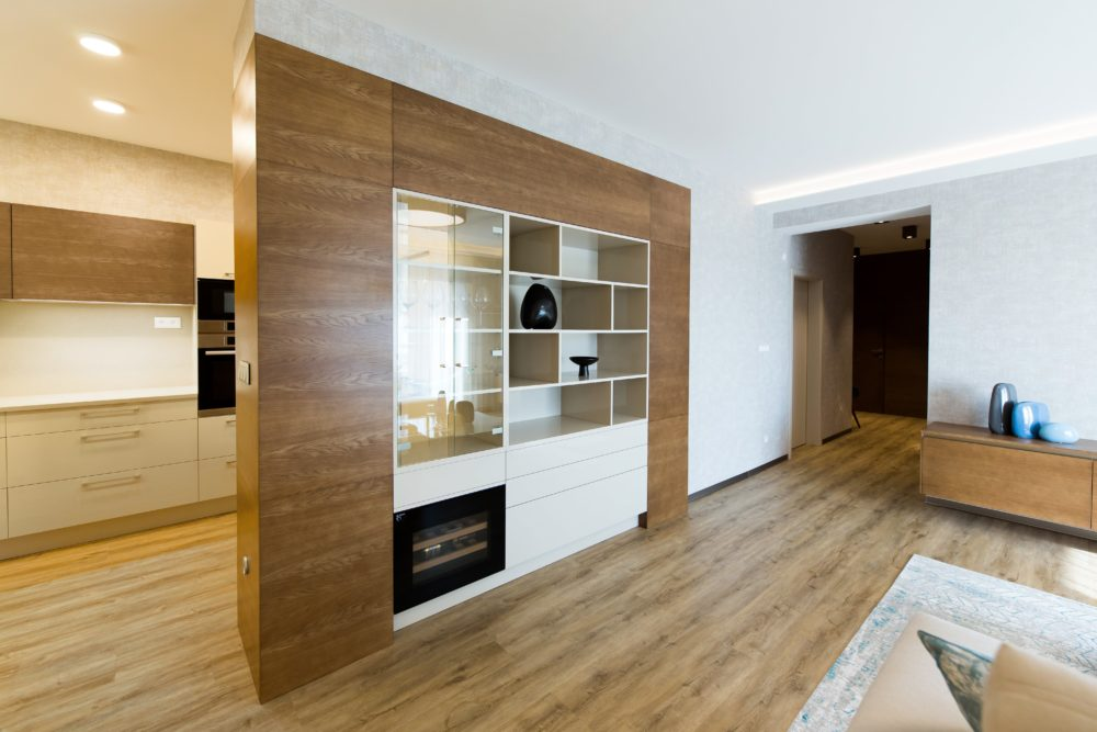 Hrejivo zariadený interiér s nábytkom a dverami HANÁK